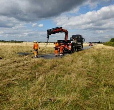 Pose d'une piste pour les travaux de raccordement du parc éolien en mer de Saint-Nazaire